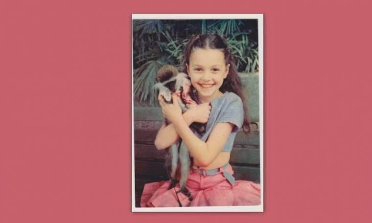Guess Who: Ποιο είναι το κοριτσάκι που κρατάει το πιθηκάκι;