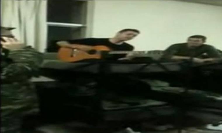 Video: Γνωστός Έλληνας καλλιτέχνης τραγουδάει... στα χακί!