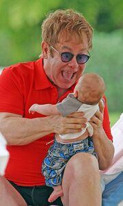Ο Elton παίζει με τον Zachary