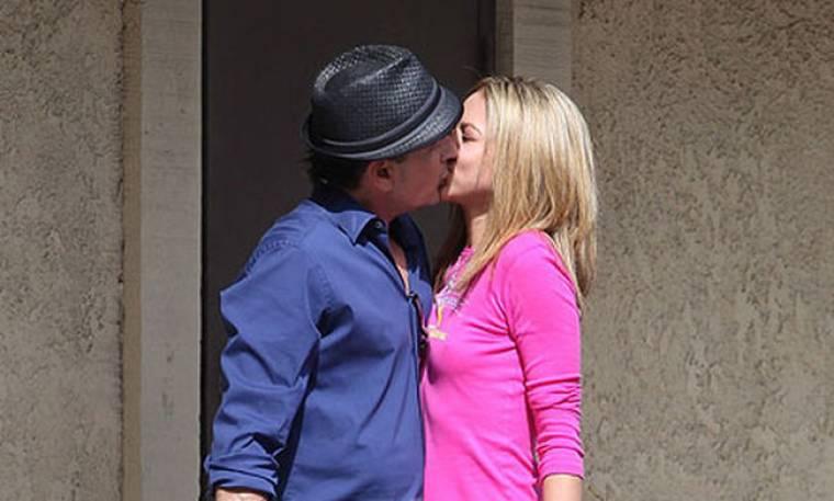 Το φιλί του Charlie Sheen στη νέα του σύντροφο