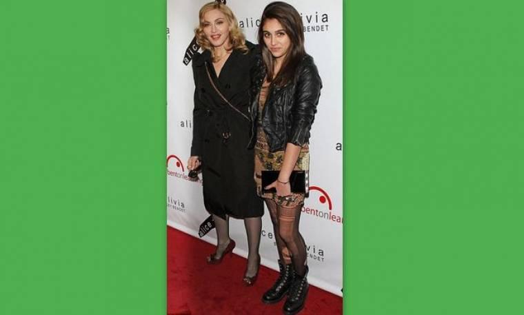H Madonna φοράει τα ρούχα της Lourdes