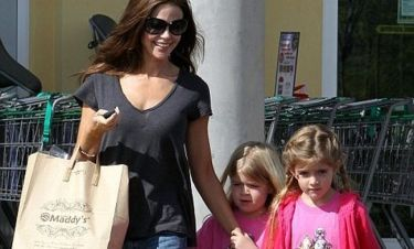 Denise Richards: Έβγαλε τις κόρες της για ψώνια