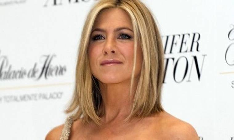 J.Aniston: Στη θέση του σκηνοθέτη για τον καρκίνο του μαστού