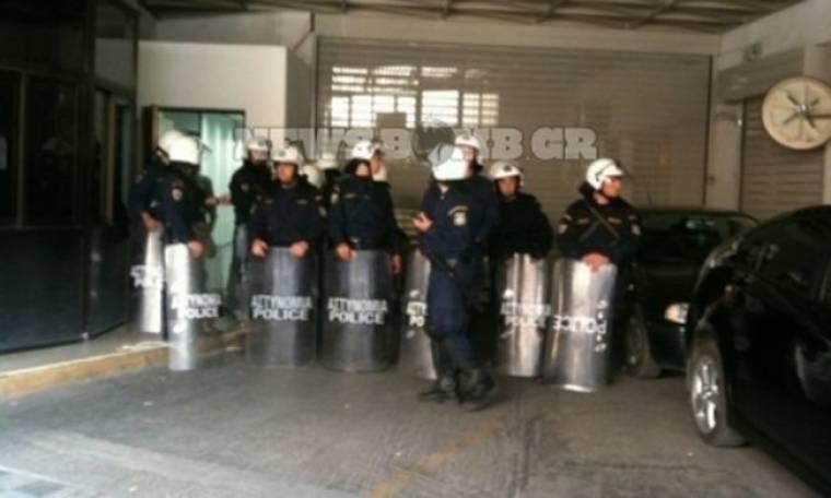 Συμβασιούχοι κατέλαβαν το δημαρχείο στη Λιοσίων