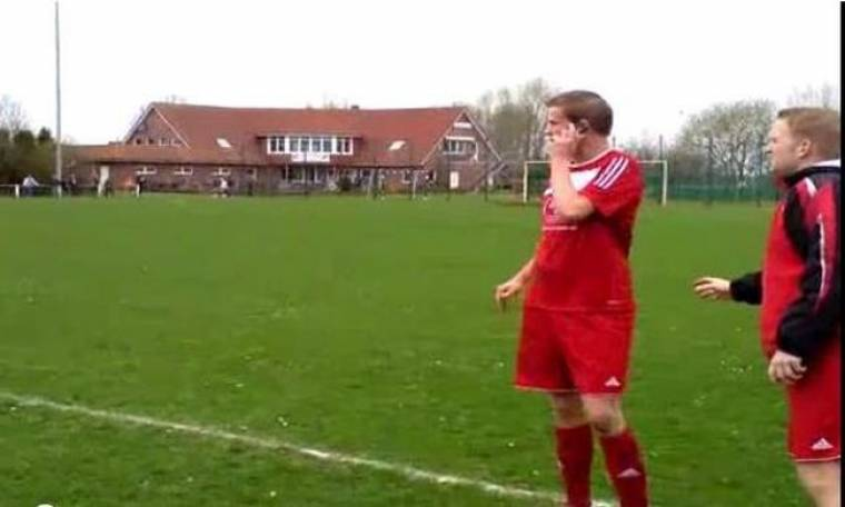 Video: Παίκτης απαντάει στο κινητό και παράλληλα κάνει… τάκλιν σε αντίπαλο!