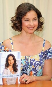 Ashley Judd: Η μητέρα και η αδερφή μου έχουν δεχτεί το βιβλίο