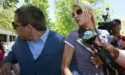 Άγνωστος επιτέθηκε στην Paris Hilton και τον σύντροφό της