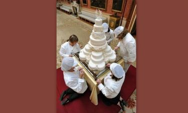 Καναπεδάκια, σαμπάνια και 8όροφη τούρτα για William - Catherine