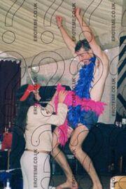 Τα ροζ πούπουλα, το μποξεράκι και ο ξέφρενος χορός του πρίγκιπα William