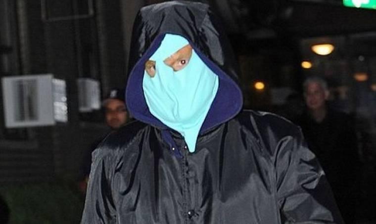 Ποιος κρύβεται πίσω από τη μάσκα;