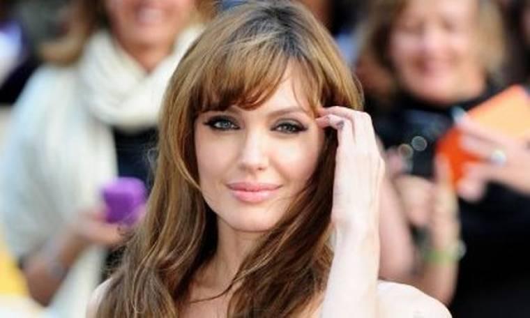 H Angelina Jolie σιχαίνεται τη φωνή της