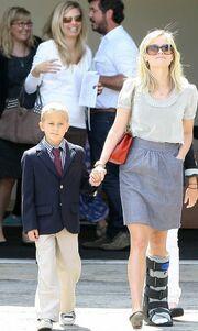 Η Reese Witherspoon με το πόδι στο νάρθηκα