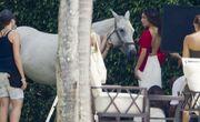 Ποια ηθοποιός πόζαρε topless καβάλα σε ένα άλογο;
