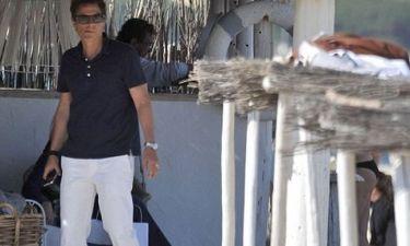 Ο Rob Lowe απολαμβάνει τον ήλιο και τις… κυρίες