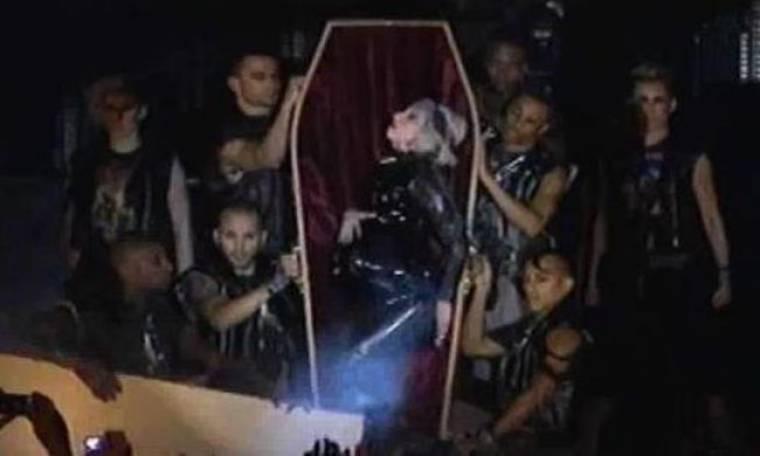 Video: Η Lady Gaga βγαίνει «έγκυος» από… φέρετρο!