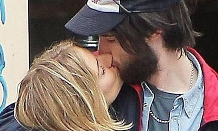 Sienna Miller: Με ένα φιλί επιβεβαίωσε τη σχέση της