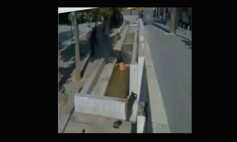 Τα πέταξε όλα έξω και έκανε μπάνιο στην πλατεία Συντάγματος!