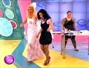 Γιατί φοράει η Ελένη Μενεγάκη σκούφο και ποδιά στην εκπομπή;