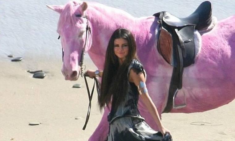 Το ροζ άλογο της Selena Gomez έκανε έξαλλη την PINK