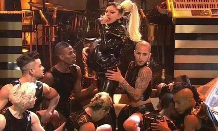 Η Lady GaGa γεννάει στη σκηνή και το κοινό παραληρεί