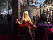 Νέες φωτό από το hot show της Ντούβλη σε ρόλο mistress