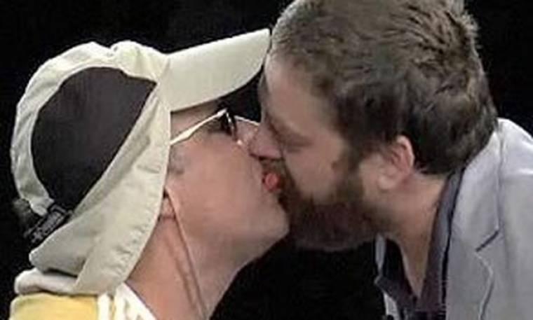 Video: Το φιλί στο στόμα του Will Ferrell με τον Zach Galifianakis