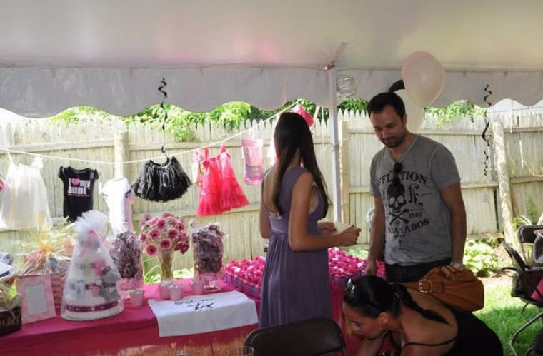Καρέ καρέ το baby shower του Λιανού και της Ανθής για το μωρό που έρχεται!