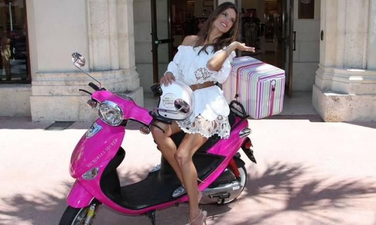 Η Alessandra Ambrosio και η ροζ βέσπα
