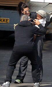 Ο George Clooney παίζει με το γιο της Bullock
