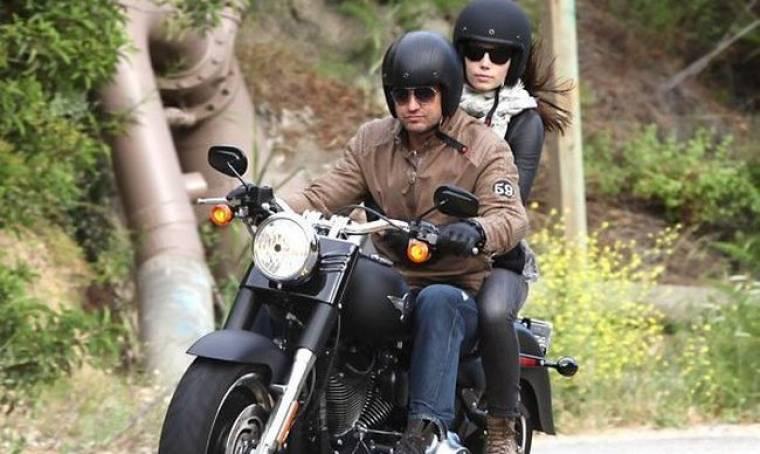 Gerard Butler: Βόλτα με τη μοτοσικλέτα και… την Jessica Biel