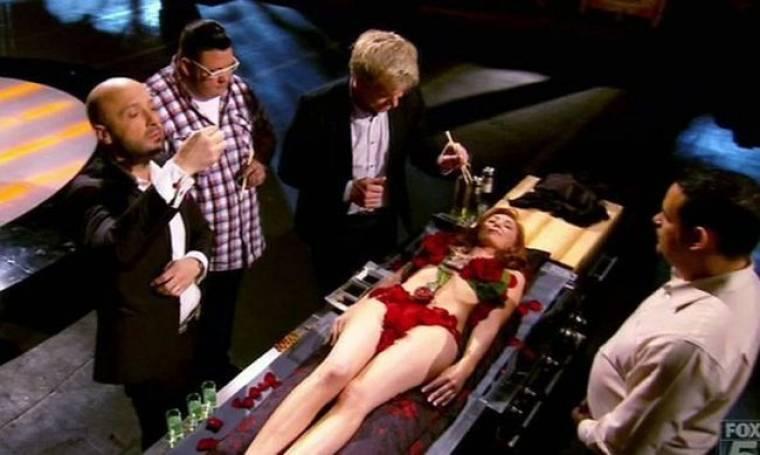 Ο Gordon Ramsay τρώει σούσι πάνω σε μία γυμνή γυναίκα