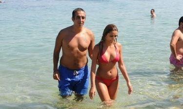 Κωνσταντίνος Τσακίρης: Με τη σύντροφό του  στο «νησί των ανέμων»