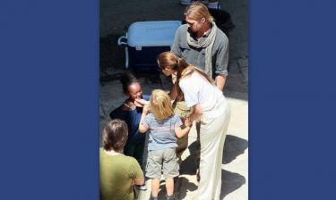 Με τα παιδιά στο πλατό του Brad η Angelina Jolie!