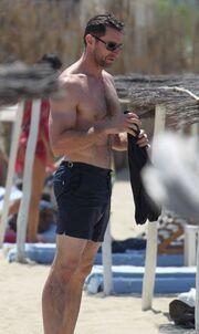 Ο Hugh Jackman και οι… απίστευτοι κοιλιακοί του κάνουν διακοπές!