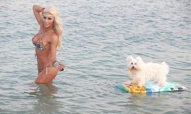 """Η Ζέτα Θεοδωροπούλου και το…""""Baywatch"""" σκυλί της!"""