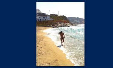 Αν και ερωτευμένη, μόνη στην παραλία. Ποια είναι;