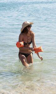 Πήρε τα μπρατσάκια της και «βουρ» στην παραλία