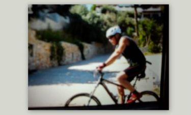 Δείτε τον Γιώργο Παπανδρέου να κάνει ποδήλατο με συνοδεία στη Σκιάθο
