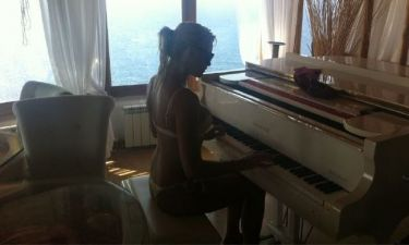 Αναγνωρίζεται την τραγουδίστρια που παίζει πιάνο μόνο με το μαγιό;