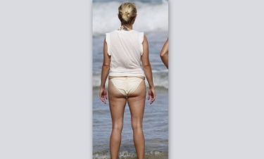 Διάσημη ηθοποιός με κυτταρίτιδα στην... παραλία!
