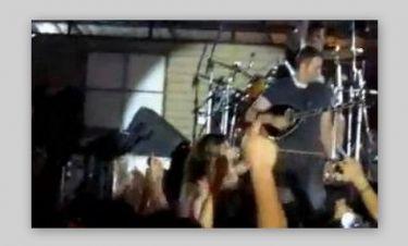 Video: Η… θεαματική τούμπα της Έλλης Κοκκίνου στην σκηνή