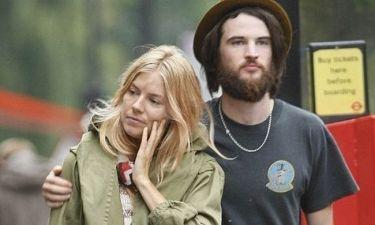 Μήπως ο σύντροφος της Sienna Miller θέλει λίγο ξύρισμα;