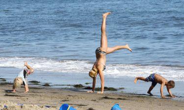 Η τραγουδίστρια και το κατακόρυφό της στην άμμο!