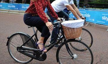 Ποια σταρ προωθεί την ποδηλασία με ψηλοτάκουνα;