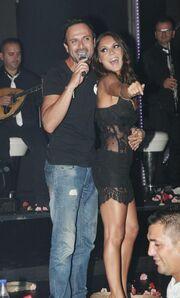 Σε ποια τραγουδίστρια σκίστηκε η μπλούζα on stage;