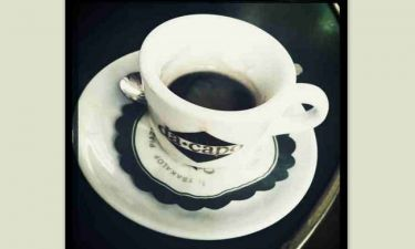 Συμβαίνει τώρα: Ποιος διάσημος παρουσιαστής απολαμβάνει αυτή τη στιγμή τον καφέ του στο Κολωνάκι;