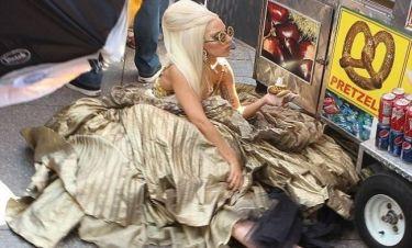 Φωτογράφηση με… τούμπες για τη Lady Gaga!