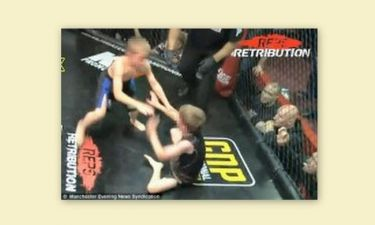 Video: Απίστευτο: Οχτάχρονα παλεύουν μέσα σε κλουβί