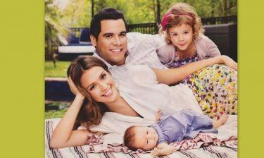 H Jessica Alba φωτογραφίζεται με την οικογένειά της