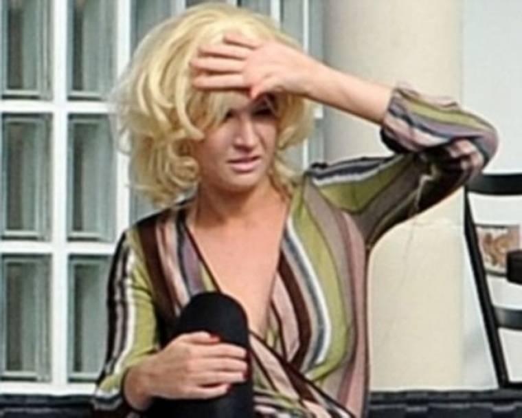 Παίκτρια του X Factor τραγουδά... γυμνόστηθη!